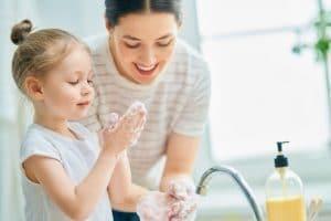 Familien Kinder Corona-Krise: Mutter mit ihrem Kind übt das Waschen der Hände.