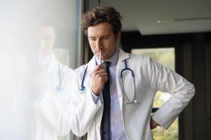 Hinweise auf Corona gibt es viele. Der behandelnde Arzt muss entscheiden, ob Test oder nicht.