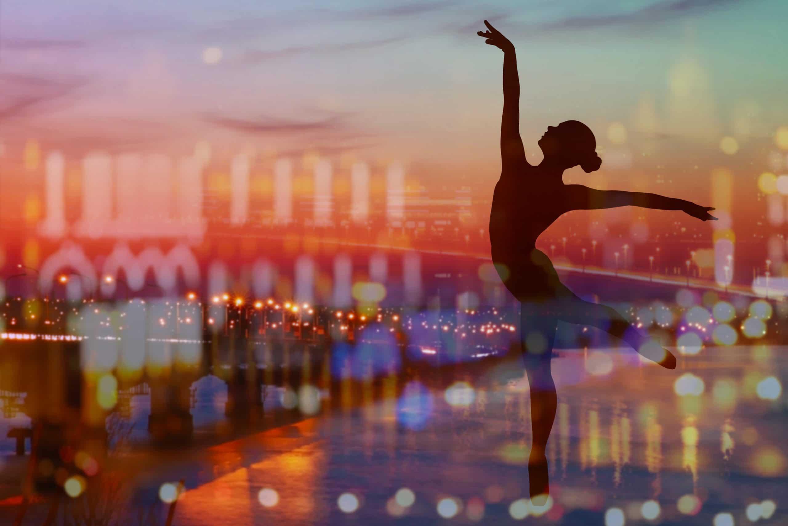 Tänzerin, Silhouette vor Großstadt, Abendstimmung