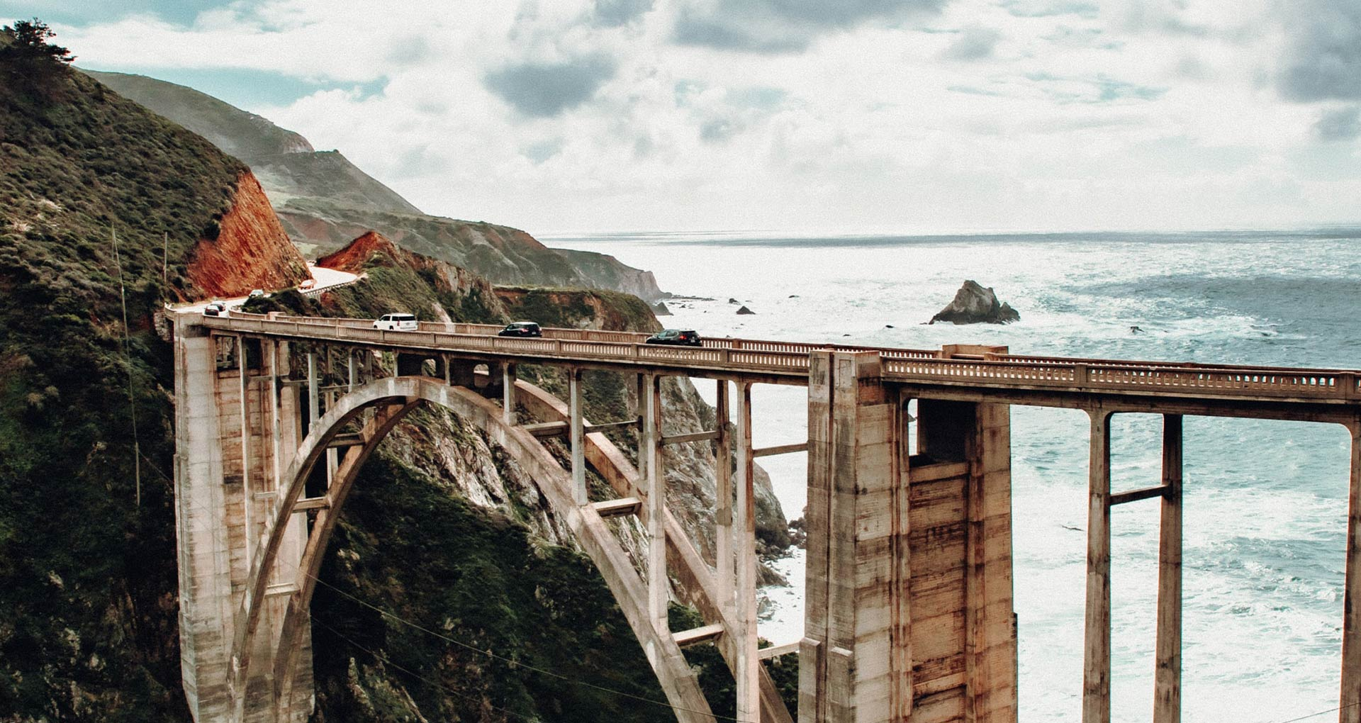 Brücke in Kalifornien, dahinter der Ozean
