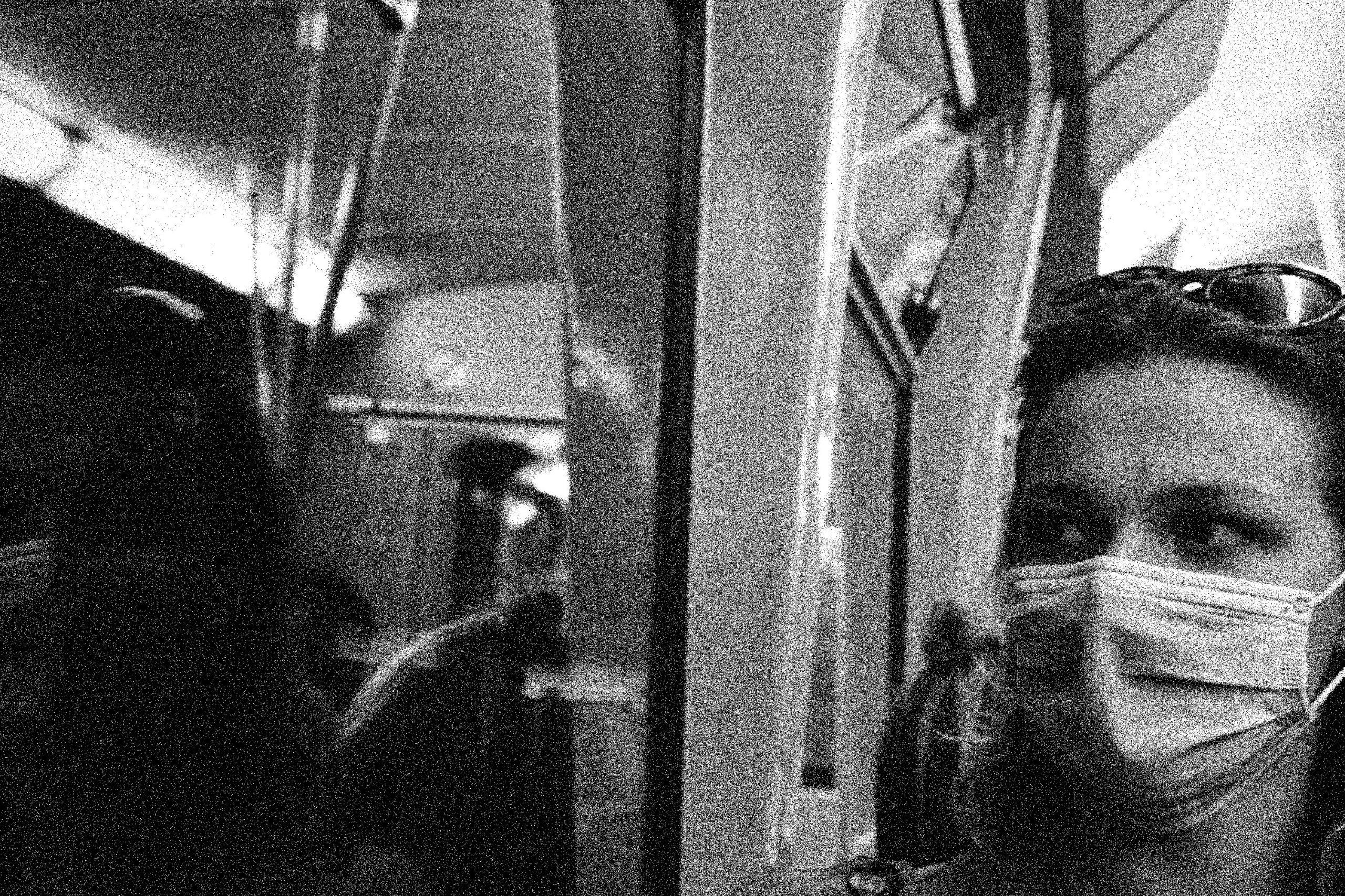Frau mit Maske in Zug