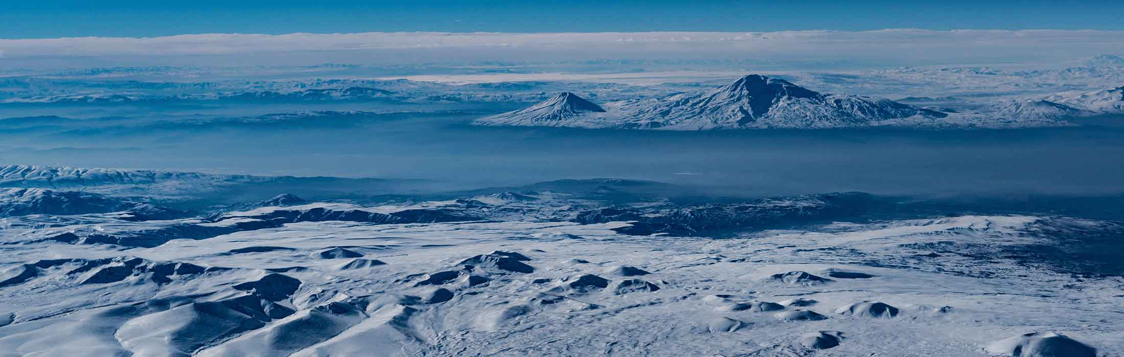 Weite Landschaft mit Schnee