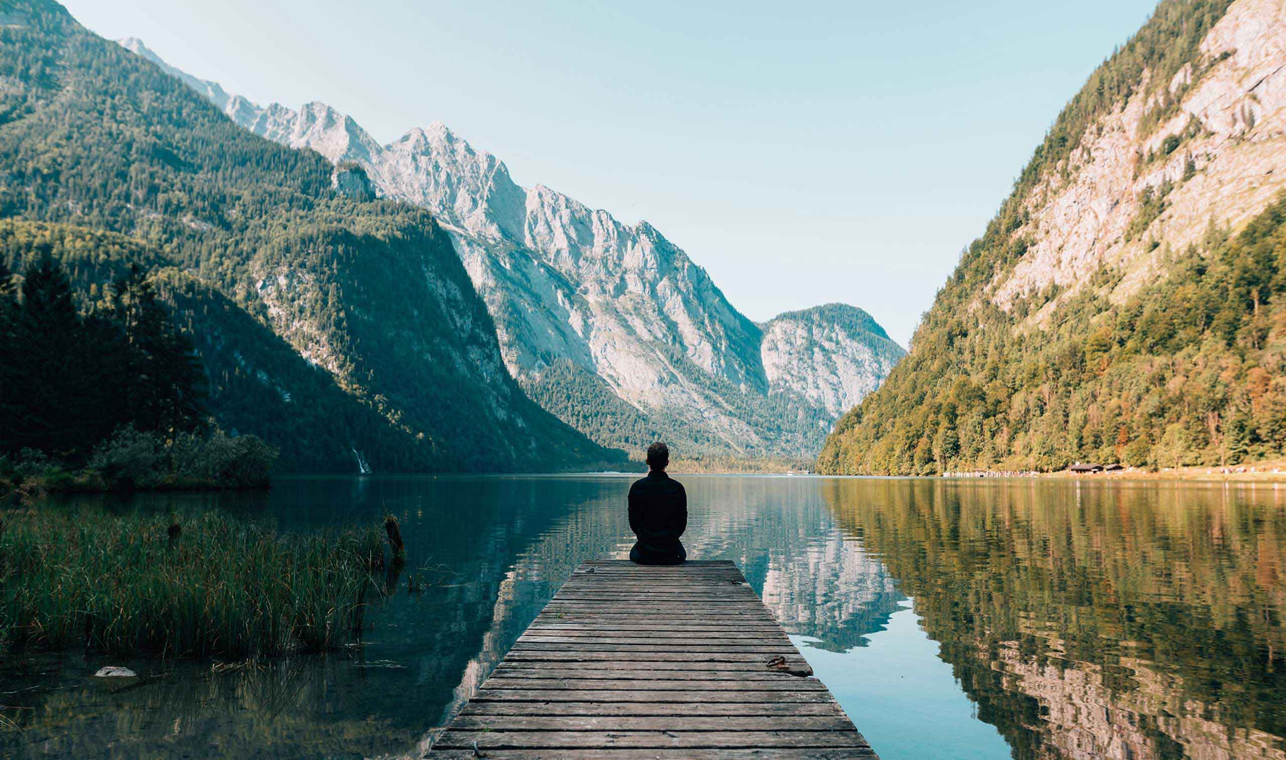 Mann mediitiert so wie bei Baghwan