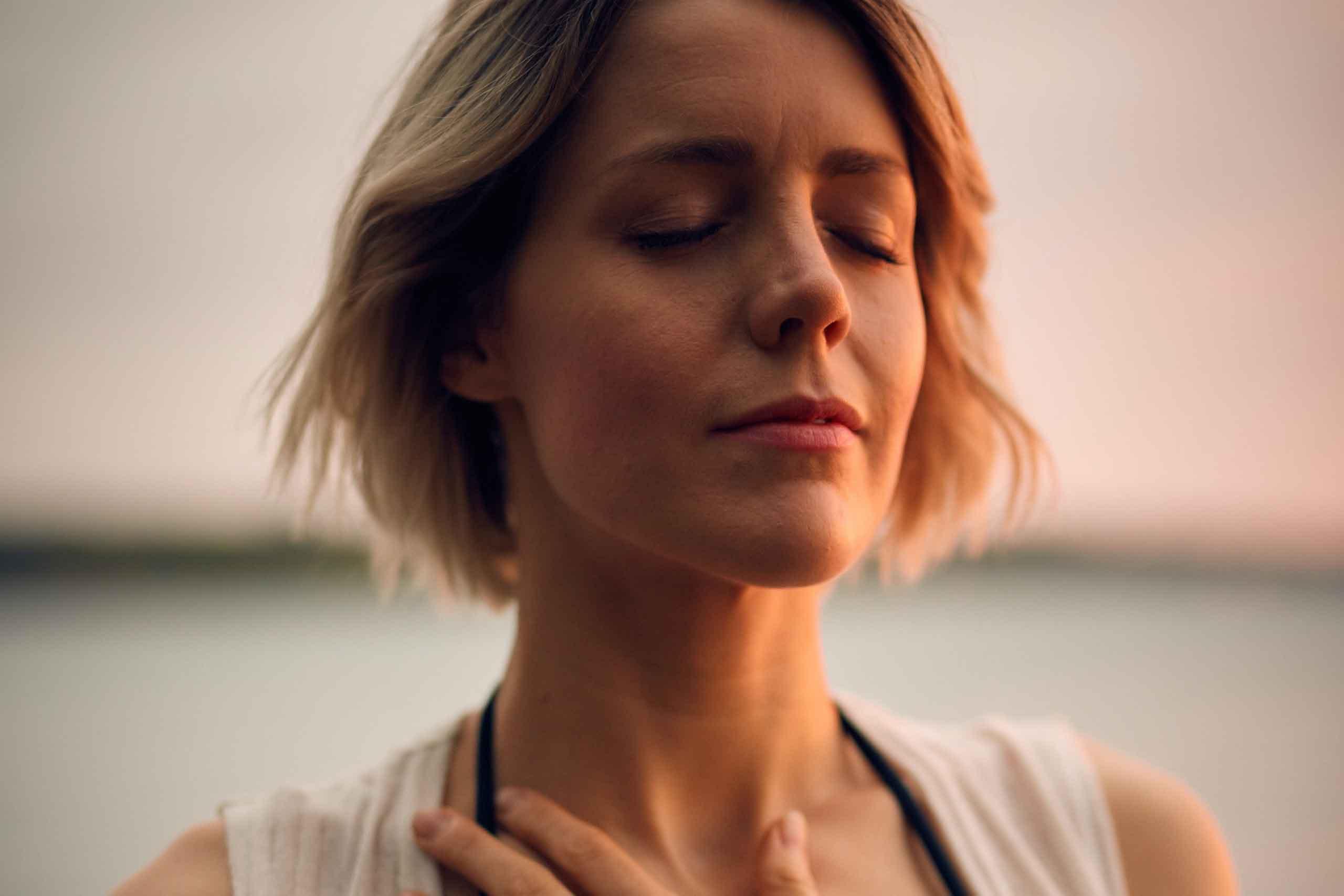 Frau macht eine Meditation, im Leben stehend